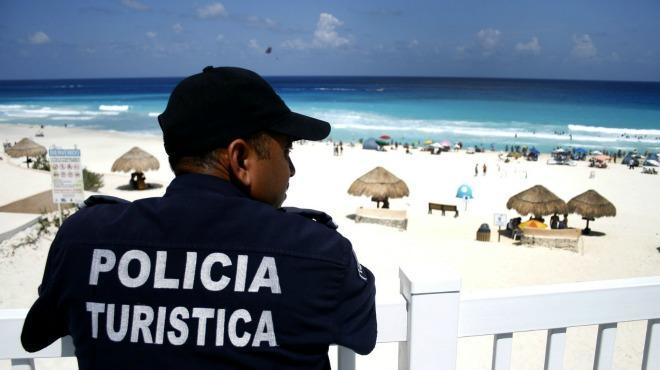Elementos de seguridad agreden a una mujer en Cancún.